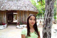 Muchacha india en selva tropical de la casa de la choza del palapa de la selva Fotos de archivo