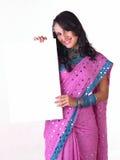 Muchacha india hermosa con la tarjeta blanca Imagen de archivo libre de regalías