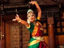 Muchacha india hermosa que baila la danza de Bharat Natyam, la India Fotografía de archivo libre de regalías
