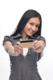 Muchacha india joven con de la tarjeta de crédito Fotografía de archivo libre de regalías
