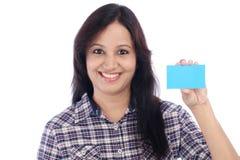 Muchacha india joven feliz con la tarjeta en blanco Imagenes de archivo