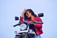 Muchacha india joven que presenta en la motocicleta, Pune imagenes de archivo