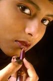 Muchacha india que aplica el lápiz labial Foto de archivo libre de regalías