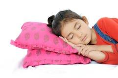 Muchacha india que duerme sobre la almohadilla. fotografía de archivo