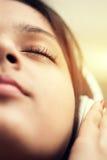 Muchacha india que escucha sobre el auricular Fotografía de archivo libre de regalías