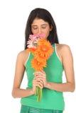 Muchacha india que huele las flores de la margarita Foto de archivo