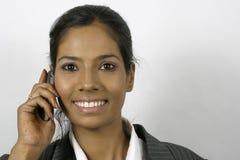 Muchacha india que invita al teléfono móvil Imagenes de archivo