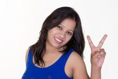 Muchacha india que lleva una camiseta sin mangas azul que muestra sig de la victoria Imágenes de archivo libres de regalías