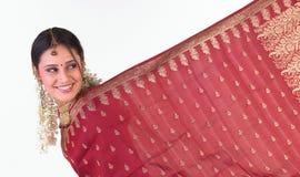 Muchacha india que muestra su frontera de la sari Fotografía de archivo
