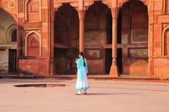 Muchacha india que se coloca en el patio de Jahangiri Mahal en Agra Imagenes de archivo