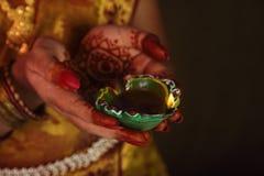 Manos que sostienen la l mpara de aceite india tradicional - Lamparas de la india ...