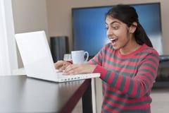 Muchacha india que trabaja con la computadora portátil Foto de archivo