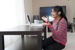 Muchacha india que trabaja con la computadora portátil Fotografía de archivo libre de regalías