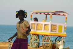 Muchacha india que vende guirnaldas en la playa Imágenes de archivo libres de regalías