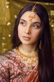 Muchacha india real dulce de la belleza en sari que sonríe en fondo negro Imagen de archivo libre de regalías