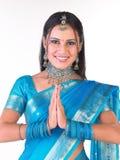 Muchacha india sonriente en la postura agradable Imágenes de archivo libres de regalías