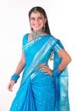 Muchacha india sonriente en sari Imágenes de archivo libres de regalías