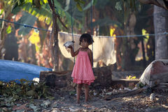 Muchacha indonesia con el pequeño pollo Fotografía de archivo libre de regalías