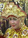 Muchacha indonesia con el traje tradicional fotos de archivo