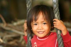 Muchacha indonesia en un oscilación Fotografía de archivo