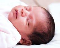 Muchacha infantil durmiente Fotos de archivo libres de regalías