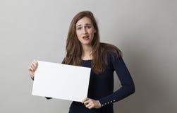 Muchacha infeliz 20s que lleva a cabo una comunicación triste delante de ella Fotos de archivo