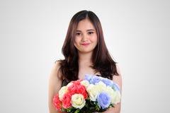 Muchacha inocente linda con las rosas coloridas Imagen de archivo libre de regalías