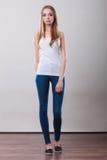 Muchacha integral en top del blanco de los pantalones del dril de algodón Foto de archivo