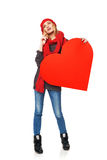 Muchacha integral que soporta un corazón rojo de la cartulina Fotos de archivo libres de regalías