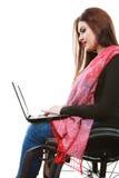 Muchacha inválida de la mujer en la silla de ruedas usando el ordenador Imágenes de archivo libres de regalías