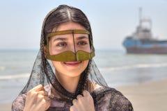 Muchacha iraní en máscara musulmán tradicional de Irán meridional, smilin Imagen de archivo