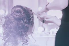 Muchacha irreconocible de nuevo a nosotros, muchacha en espejo en el peluquero que hace el peinado, diseñando del pelo largo, sal imagenes de archivo