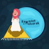 Muchacha islámica que ofrece Namaz para el Ramadán Foto de archivo libre de regalías