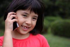 Muchacha Japonés-Rusa joven que habla en el teléfono Imágenes de archivo libres de regalías