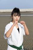 Muchacha japonesa del karate en la playa Imágenes de archivo libres de regalías