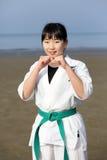 Muchacha japonesa del karate en la playa Fotos de archivo