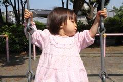 Muchacha japonesa en el oscilación Foto de archivo libre de regalías