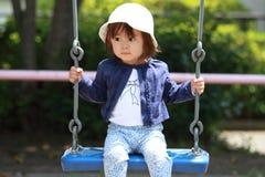 Muchacha japonesa en el oscilación Fotos de archivo