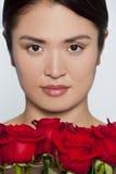 Muchacha japonesa hermosa con las rosas Foto de archivo libre de regalías