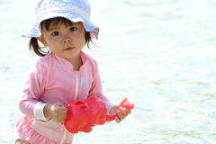 Muchacha japonesa que juega con agua con el pote de riego Foto de archivo libre de regalías