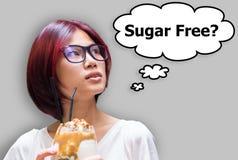 Muchacha japonesa que piensa si su bebida es azúcar libre fotografía de archivo libre de regalías