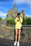 Muchacha japonesa que toma la foto en el castillo de Hogwarts Foto de archivo libre de regalías