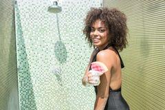 Muchacha joven alegre del mulato que goza tomando la ducha Foto de archivo libre de regalías
