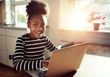 Muchacha joven amistosa sonriente del africano negro Foto de archivo