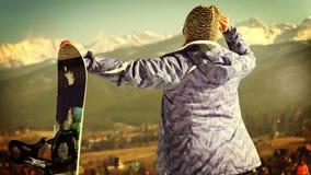 Muchacha joven atractiva de la snowboard que sonríe in camera con gesto ACEPTABLE almacen de video