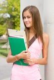 Muchacha joven bronceada del estudiante. Fotos de archivo libres de regalías