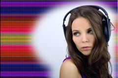 Muchacha joven de DJ en fondo del estilo fotografía de archivo