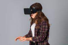 Muchacha joven de la belleza en casco de la realidad virtual Fotografía de archivo
