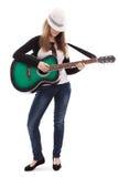Muchacha hermosa con la guitarra en el fondo blanco Foto de archivo