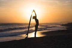 Muchacha joven de la persona que practica surf Fotos de archivo